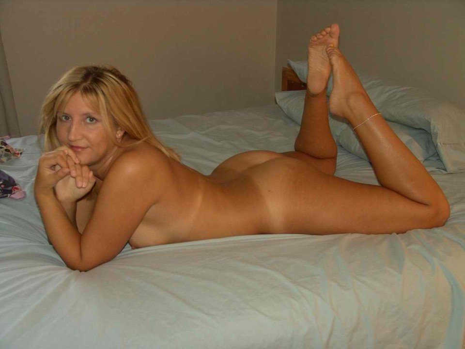 Naked milf in bed photo amateur